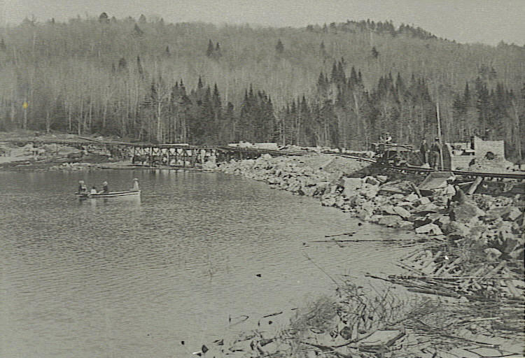 Chittenden Power Company began building the reservoir in 1900. Due to delays, the dam and spillway weren't completed until 1909. This photo shows a completed core wall and work in progress on the gatehouse.