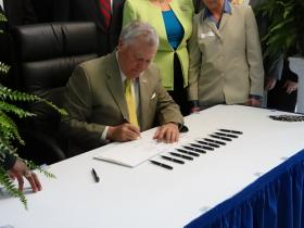 Nathan Deal signs juvenile justice reform bill
