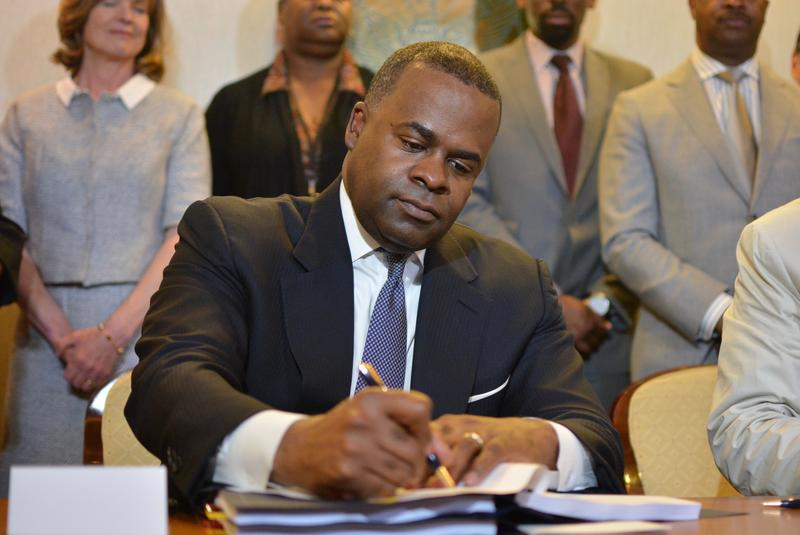 Mayor Kasim Reed and outgoing Delta CEO Richard Anderson signed a contract Wednesday, April 27, keeping Delta Air Lines in Atlanta for at least 20 years and keeping the city from operating or funding any airport other than Hartsfied-Jackson.