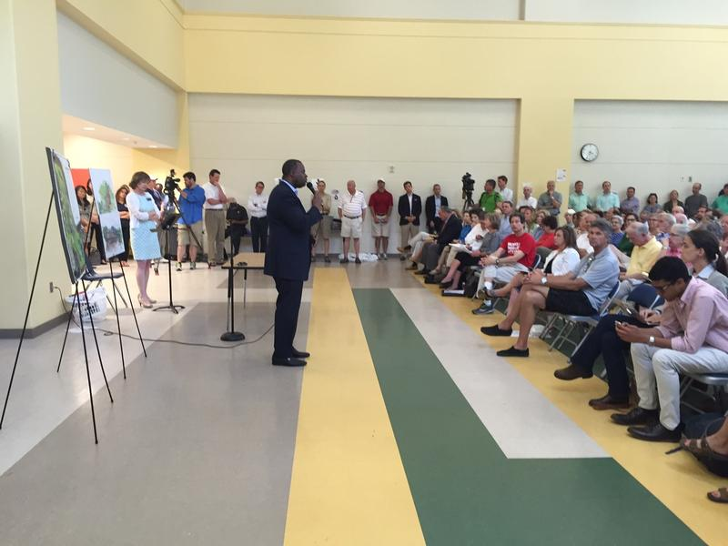 Atlanta Mayor Kasim Reed met with a packed crowd of about 150 residents Friday in Buckhead about transfering the Bobby Jones Golf Course to the state.