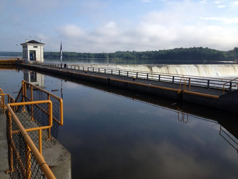 Lock 7 at Niskayuna illustrates pretty clearly how boats need some help around the spillway.