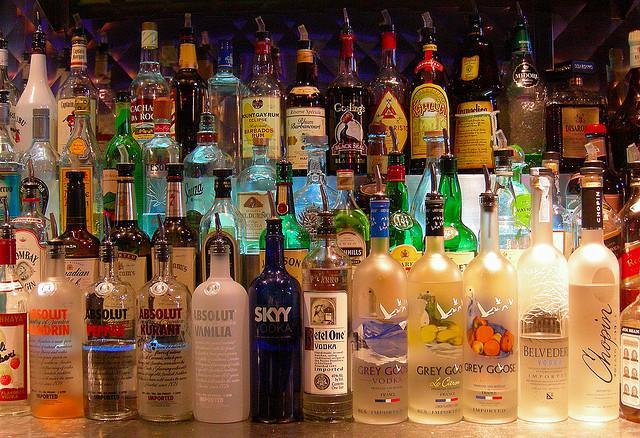 Маленький столик за углом - Том VI - Страница 2 Bottles-at-a-bar-ctsy-edwin-land-flickr