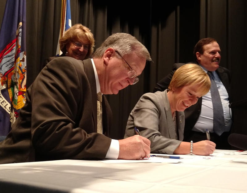 mayors sign transportation agreement