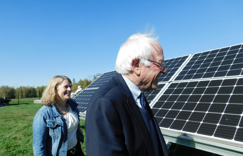 Senator Bernie Sanders views bifacial solar panels with Sandia Lab's Laurie Burnham
