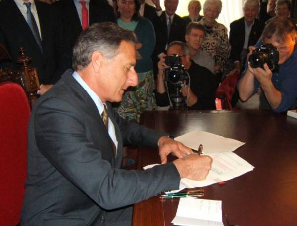 Governor Peter Shumlin signs Vermont End of Life Choices law on May 20, 2013