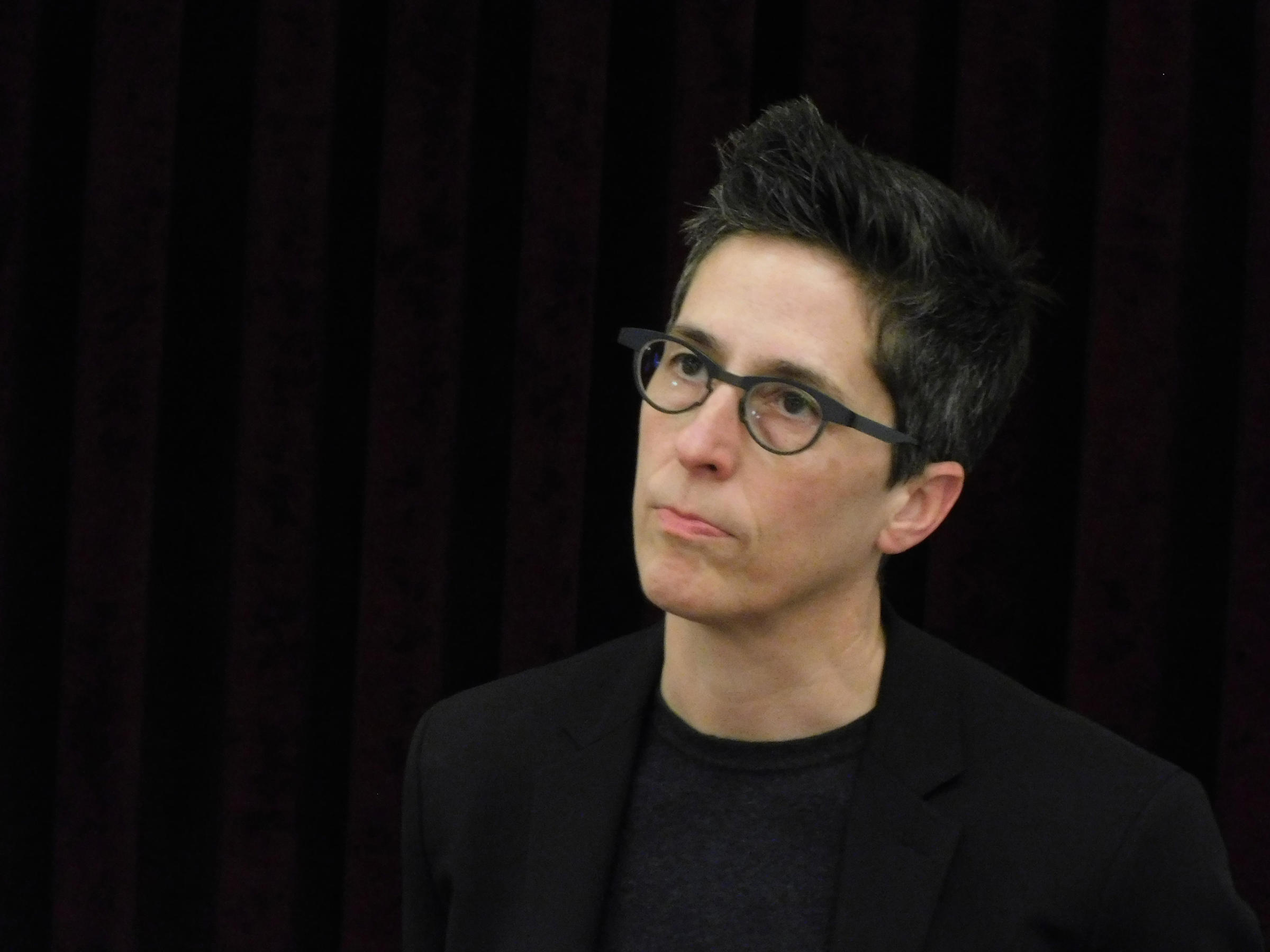 fun home alison bechdel Alison bechdel (born september 10, 1960) is an american cartoonist originally best known for the long-running comic strip dykes to watch out for, in 2006 she became a best-selling and critically acclaimed author with her graphic memoir fun home.