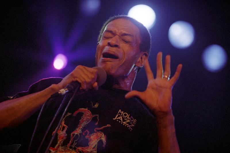 Al Jarreau Performs