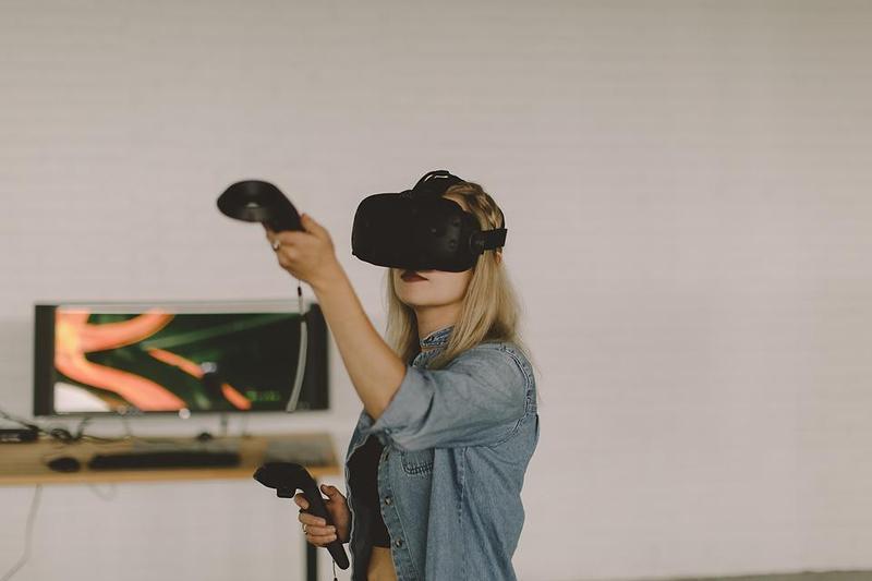 Artist Kara Heingartner uses the virtual reality equipment