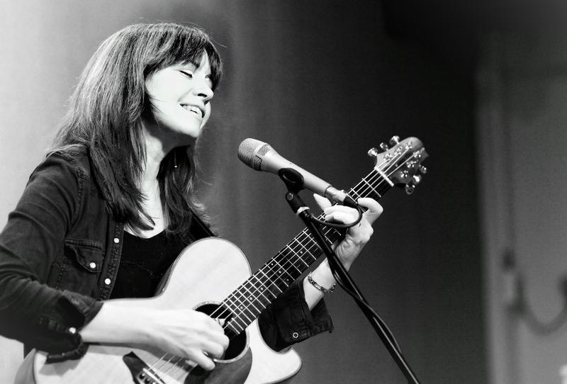 Sarah McQuaid onstage at Leith Folk Club in the Victoria Park House Hotel, Edinburgh, Tuesday 15 November 2016.