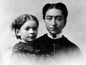Fifteen-year-old Hattie Freeman with her five-year-old cousin Helen Atkins in 1862.