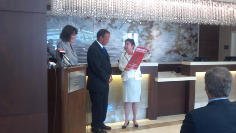 Peoria Mayor Jim Ardis gets an honoray key to the hotel from Marriott International Area VP Rita Cuddihy