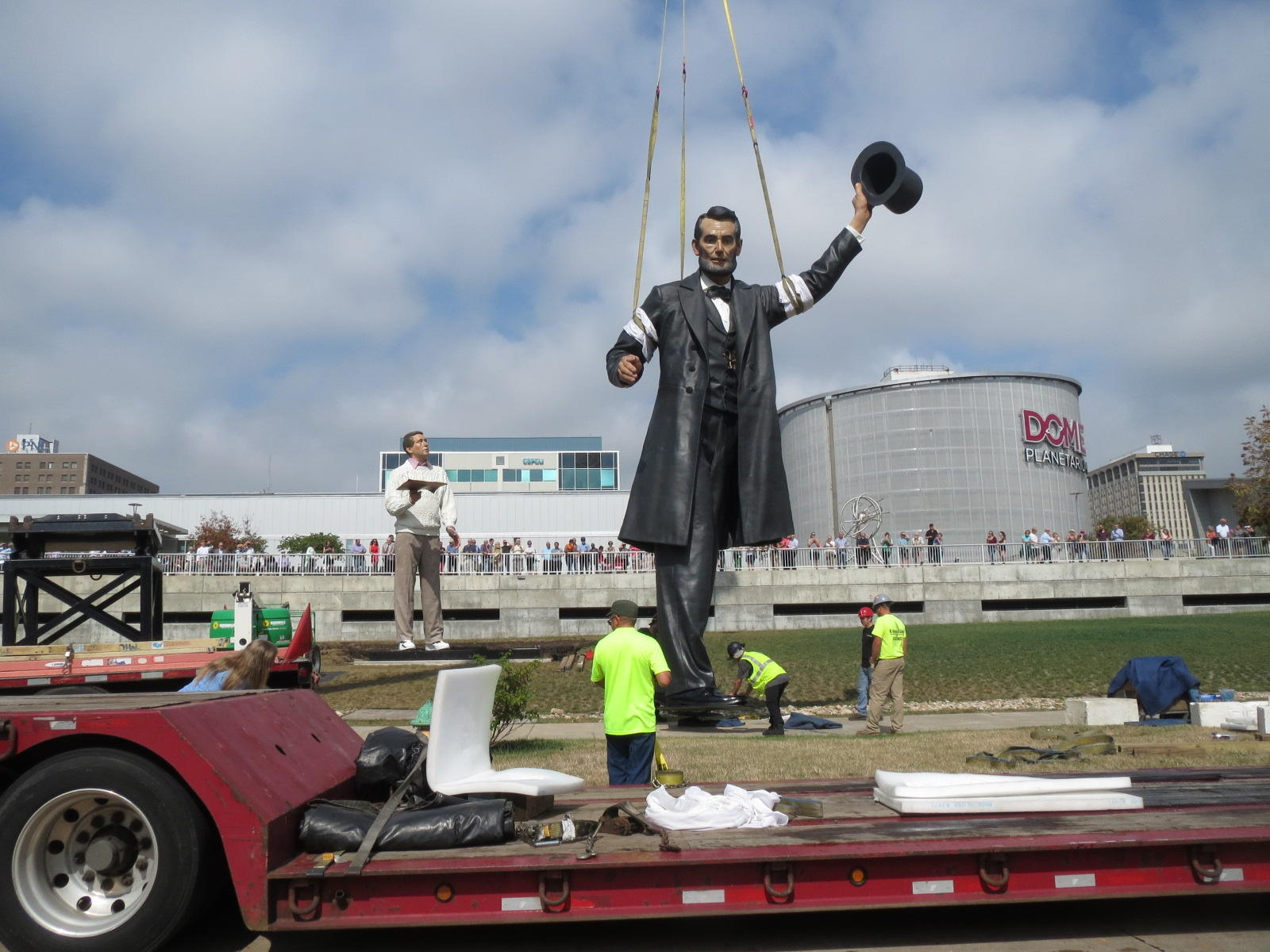 giant abraham lincoln statue hoisted onto peoria s riverfront