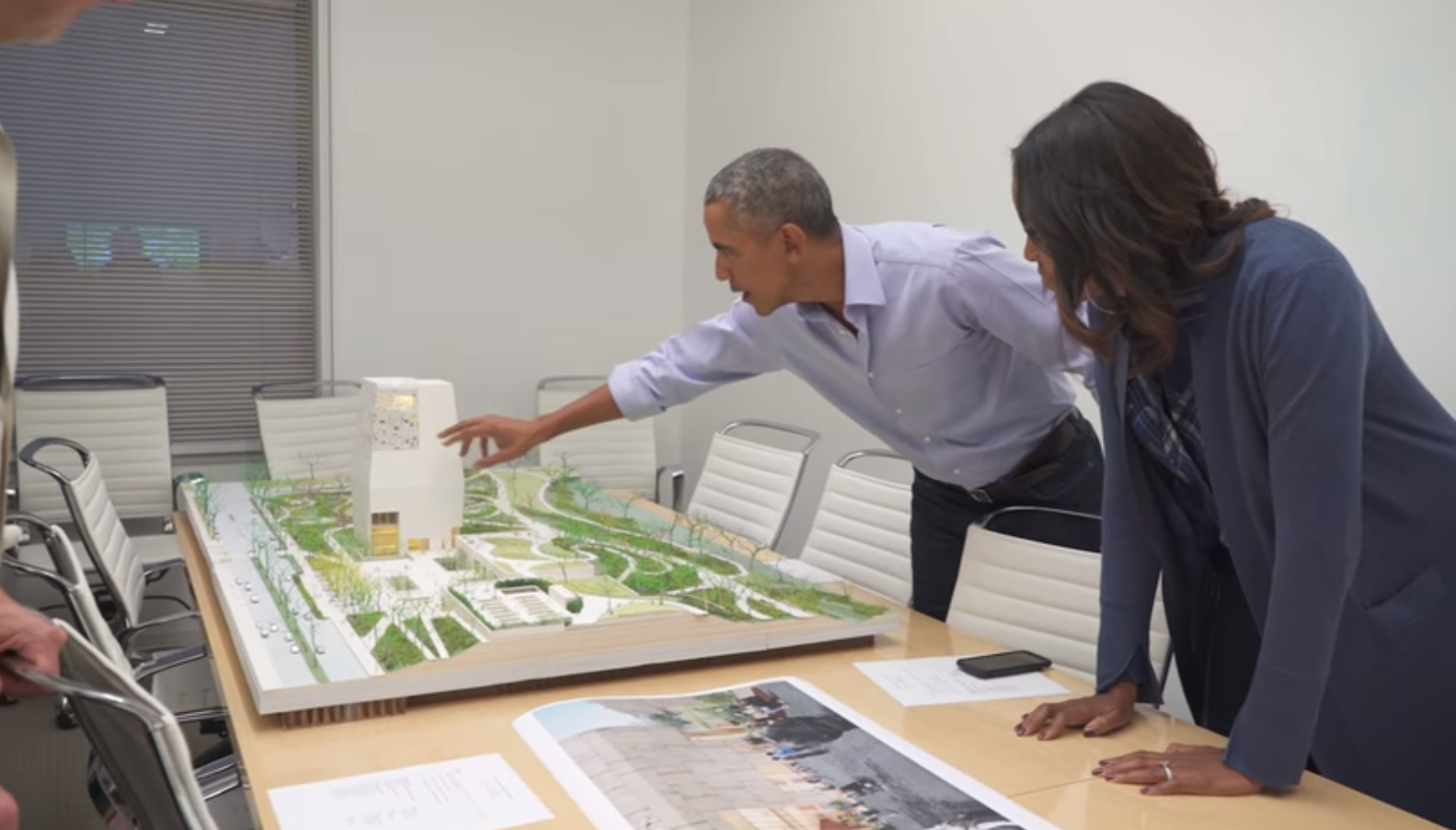 Obama makes surprise visit to Chicago, speaks on presidential center