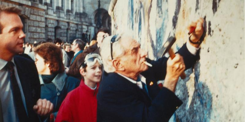 Leonard Bernstein at the Berlin Wall, 1989