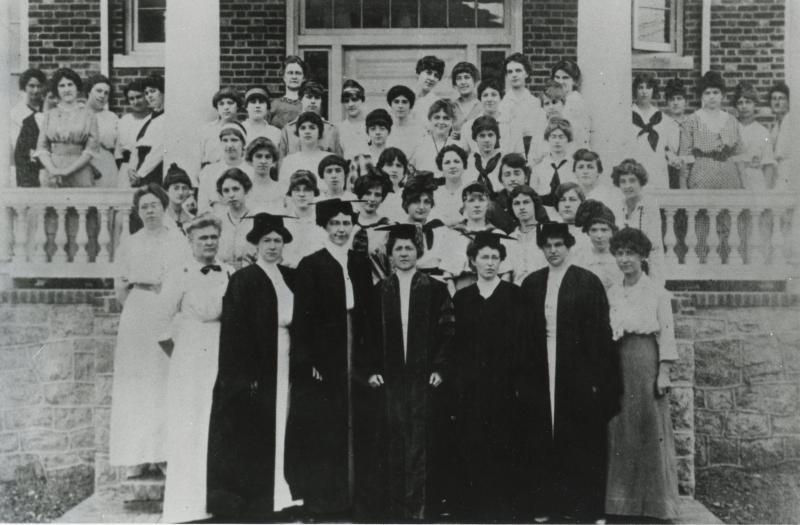 University of Delaware's Women's College class of 1914, including students and faculty.