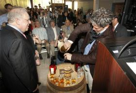 Heaven Hill Executive Vice President Harry J. Shapira, left, got a hand from Evan Williams himself ( Bill Simmons) in a closing toast after it was announced the Evan Williams Bourbon Experience joining the Kentucky Bourbon Trail on Thursday May 9, 2013 in Louisville.