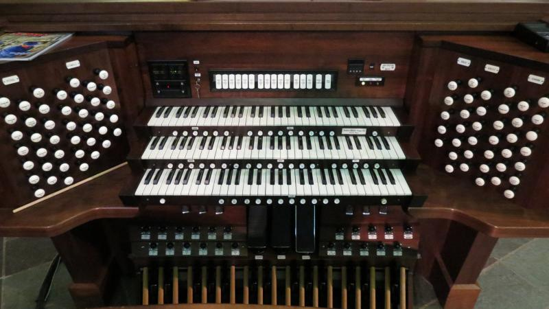 The new organ's console.