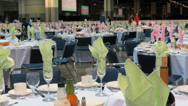 The tables are set using the colors of the Alpha Kappa Alpha sorority.