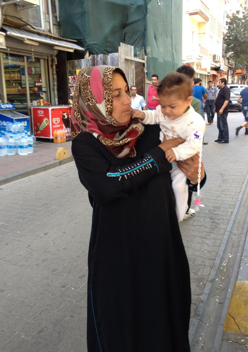 Syrian refugee with her child in Fatih.