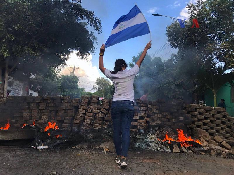 A woman holds the Nicaraguan flag during the April 2018 protests against the government.
