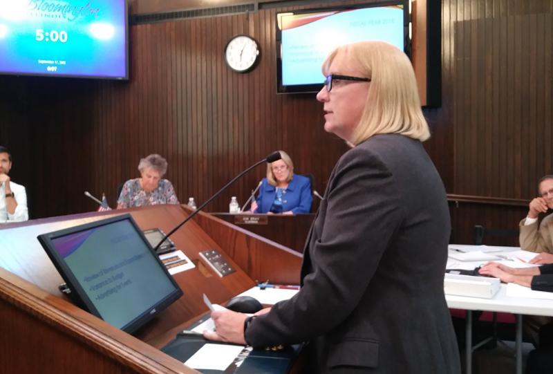 Lynn Cannon speaks to aldermen