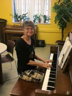 Susan Savia providing great music the on piano.