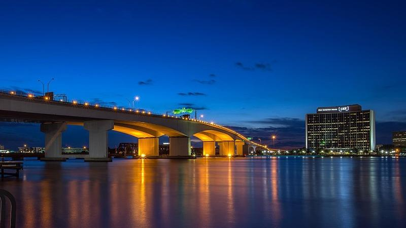 More recently, the Acosta Bridge does not have special lighting.