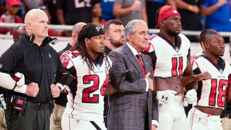 (left to right) Coach Dan Quinn, Devonta Freeman [24]. Arthur Blank. Julio Jones [11]. Taylor Gabriel [18]