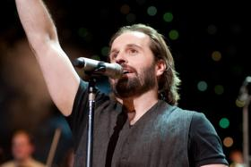 Alfie Boe singing