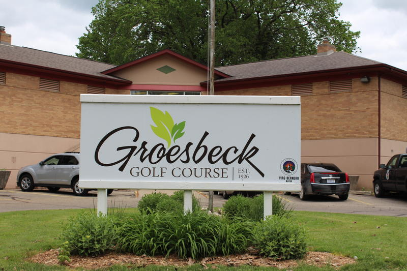 Groesbeck Golf Course sign and club house.