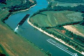 Barge traffic on the Cumberland River at Smithland in Livingston County, Kentucky , USA. The U.S. Army Corps of Engineers maintains the river for tug-and-barge navigation.