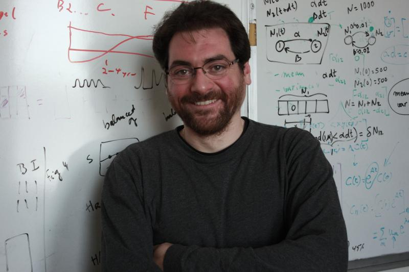 Roberto Fernández Galán is a neuroscience professor at Case Western Reserve University in Cleveland. His work combines experimental, theoretical and computational methods to study brain network dynamics.