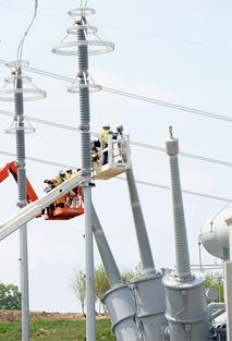 photo of FirstEnergy linemen