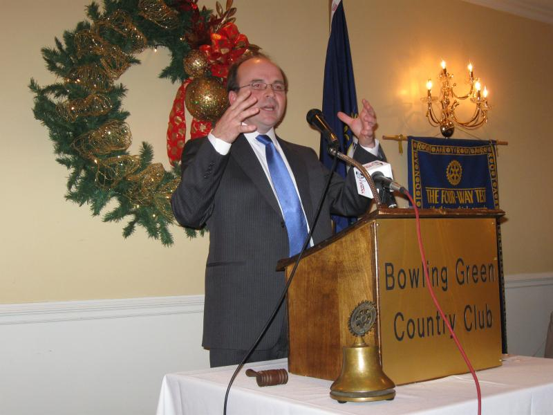 Ervin Dimeny speaks to the Bowling Green Noon Rotary Club