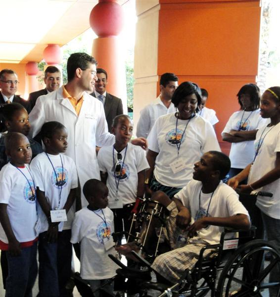 Dr. Chad Perlyn, Peterson Exais (left of Dr. Perlyn), and other children and staff from 2 East.