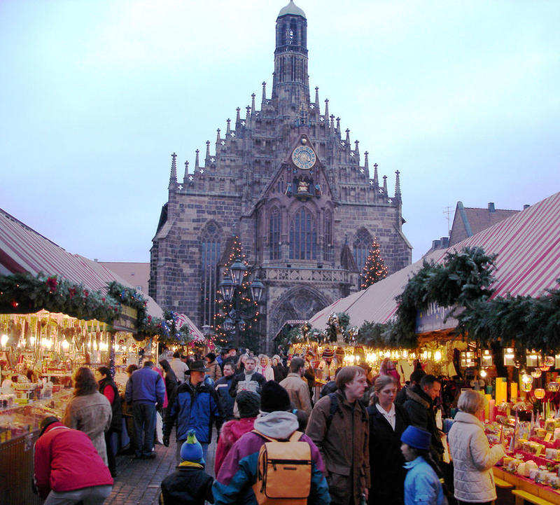 Frauenkirche and Christmas market on the Hauptmarkt, Nürnberg, Germany