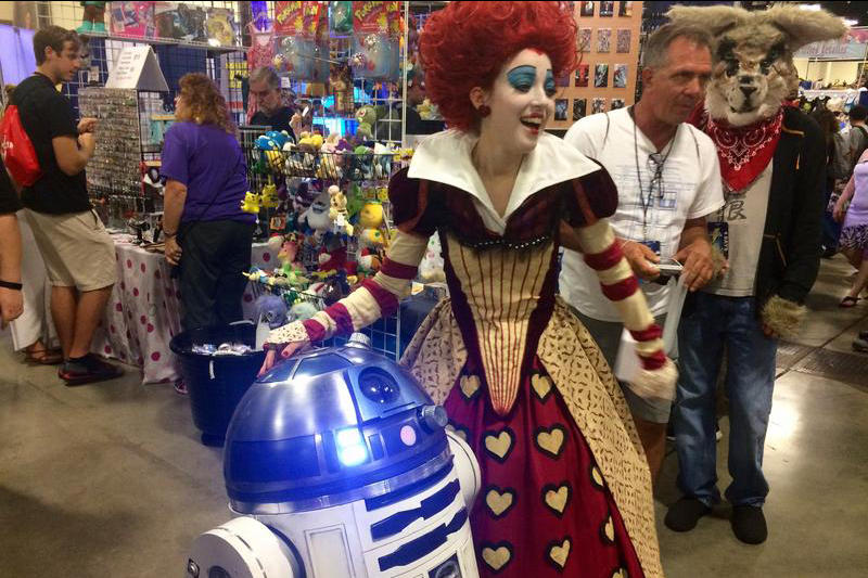 The Red Queen, Patricia Machín, meets R2-D2 at Supercon