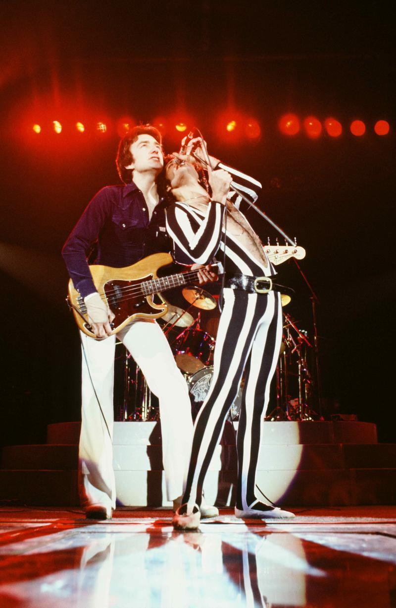 Freddie Mercury, John Deacon - Queen Rock The World