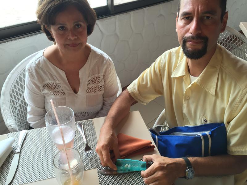 Jesus Mendoza (der.), viaja frecuentemente a Cúcuta para obtener medicinas que evitan que su cuerpo rechace el transplante de riñón que lo mantiene con vida. Su esposa, Dr. Maria Eugenia de Mendoza (izq.), dice tener muchos pacientes haciendo lo mismo.