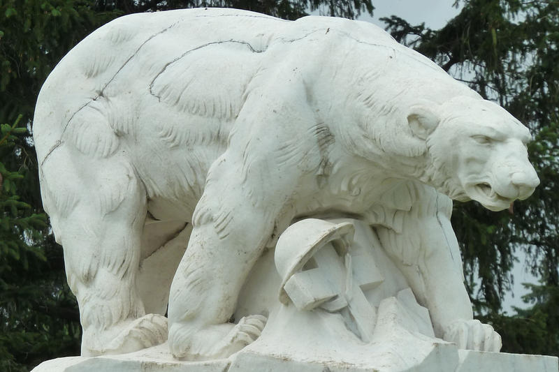 Polar Bear Monument in White Chapel Cemetery, Troy, Michigan, sculptor Leon Hermant. Photo by Bolandera from Wikimedia Commons