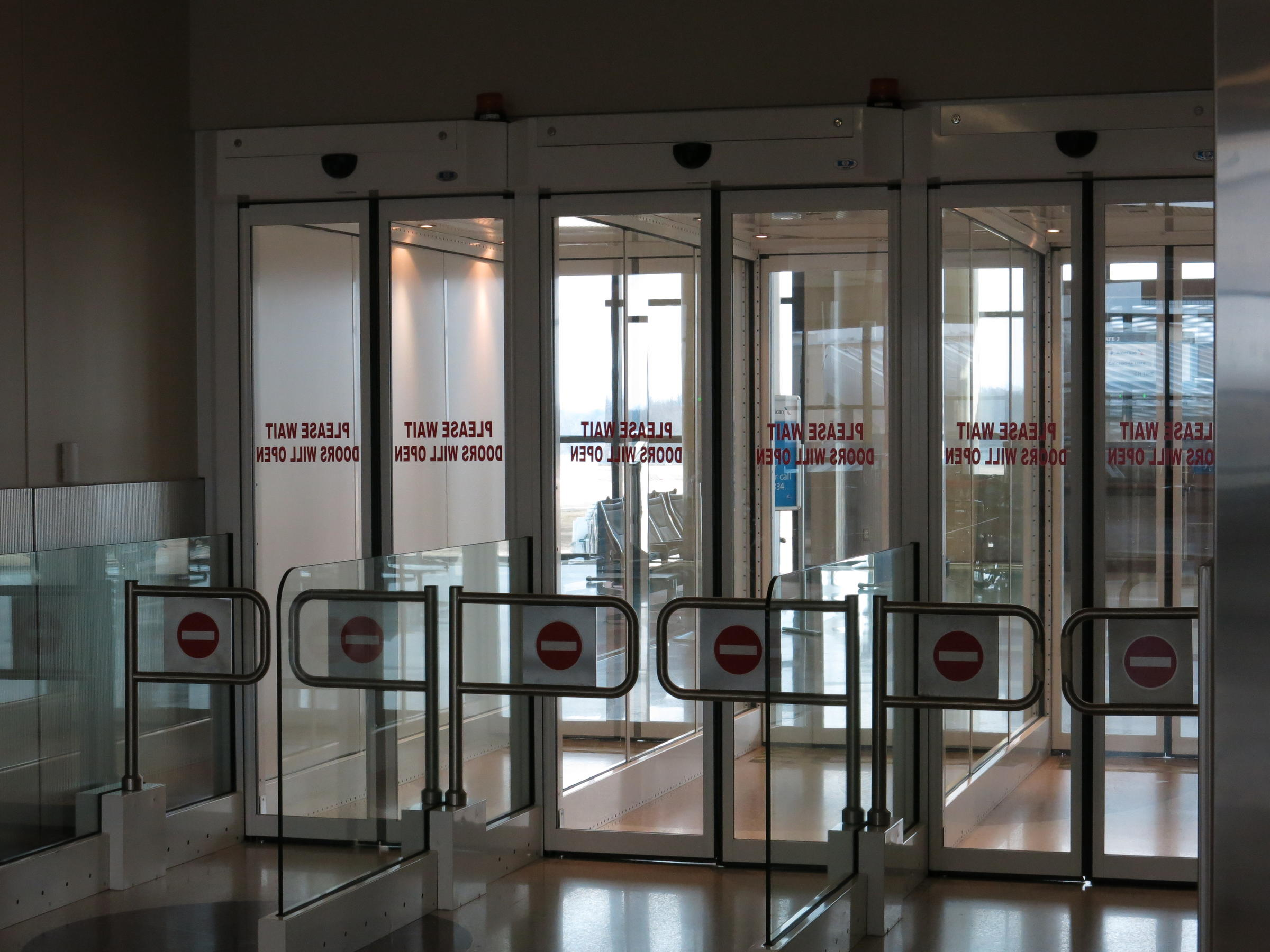 Airport Passage Evokes Space Travel : airlock door - pezcame.com