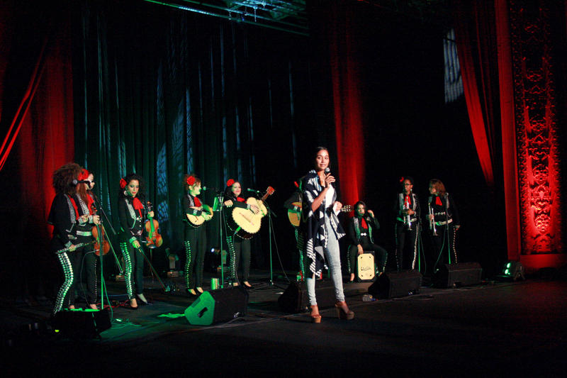 During the concert Paola Marizán interviewed some of the musicians on stage.