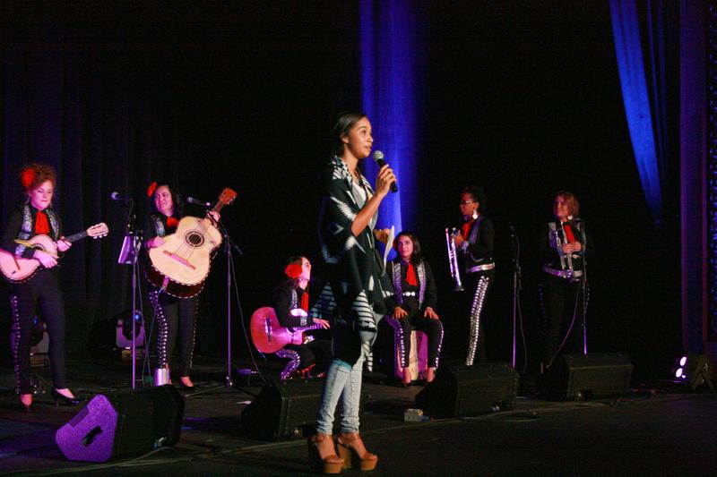 Paola Marizán opens the concert live on WNIN FM.