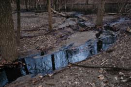 Crude oil in un-named wet weather stream that discharges into un-named pond