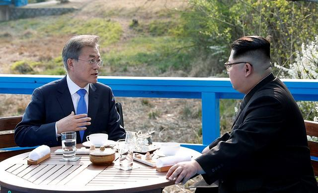 Korean leaders Moon Jae-in (left) and Kim Jong Un (right).