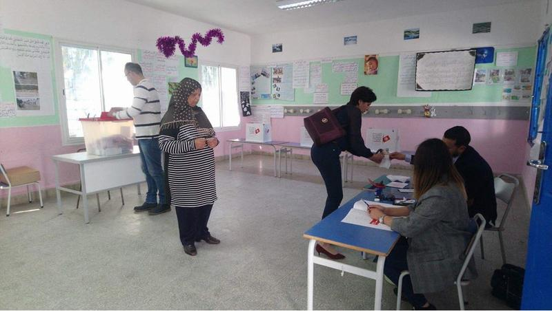 Tunisians voting in the municipal elections at a voting center in Sidi Bou Said, a suburb of Tunis (6 May 2018)
