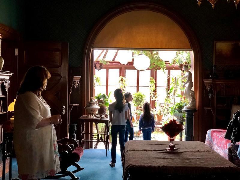 Los evacuados puertorriqueños fueron invitados a la Casa Mark Twain durante un tour privado reciente al emblemático lugar histórico de Hartford.