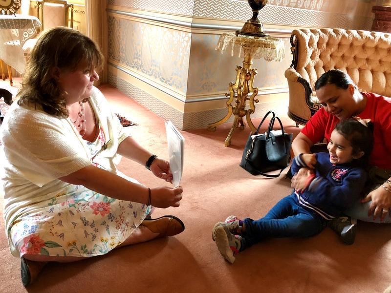 La evacuada puertorriqueña Milianis Rivera, de 5 años, se siente encantada de ver la foto de la Clara Clemens de jóven. La guía turística de la Casa Mark Twain, Grace Belanger, a la izquierda, dijo que Milianis se parece mucho a Clara. La empleada de la E