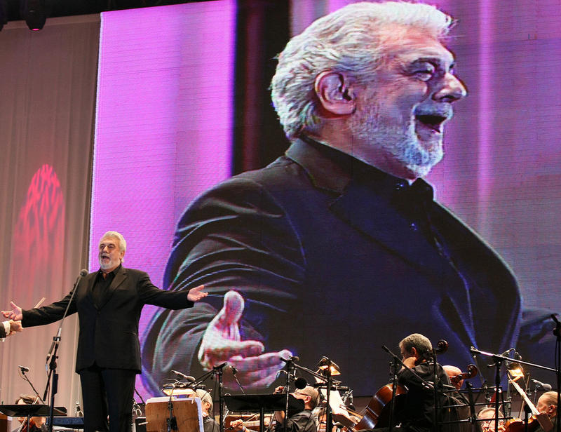 Placido Domingo singing