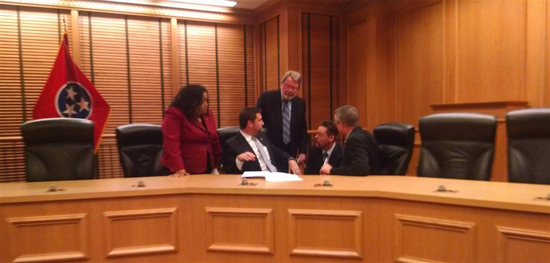 State Rep. Steve McDaniel, center, confers with other members of the House committee assigned to investigate misconduct allegations against Rep. Jeremy Durham.